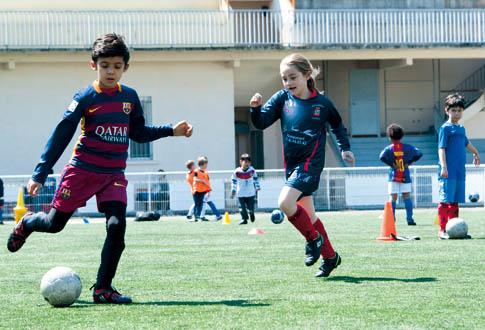 Foot filles gar ons - Fille joue au foot ...